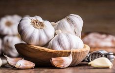 Remedies For Water Retention How to Lower Blood Pressure Fast - Raw Garlic - What home remedy is good to lower blood pressure fast? Here are a few suggestions for natural home remedies and lifestyle modifications. Home Remedies, Natural Remedies, Sinus Remedies, Garlic Breath, Water Retention Remedies, Garlic Benefits, Troubles Digestifs, Raw Garlic, Organic Garlic
