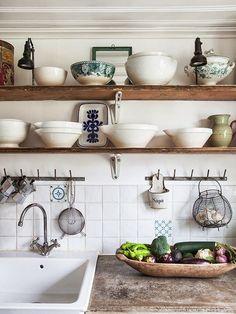 Rinnovare una cucina in legno - Mensole al posto dei mobili ...