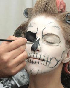 """Fotos: Avon Voy a publicar para vosotras el paso a paso de un maquillaje que he encontrado el la pagina de Avon, aprovechándome de mi última publicación, donde hablé sobre el """"zombie boy"""" que…"""