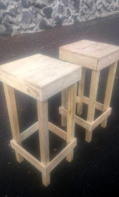 Wooden Pallet Projects 40 Dreamy Pallet Ideas to Reuse old Pallets - So check out the below shared 40 amazing pallet ideas and furniture projects that your skills and talent to see which thing you can really pull off from the Pallet Bar Stools, Pallet Stool, Diy Pallet Sofa, Wooden Pallet Projects, Wooden Pallet Furniture, Pallet Shelves, Pallet Crafts, Pallet Benches, Pallet Tables