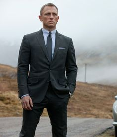 This dark charcoal suit wear by the Daniel Craig in London scene ...