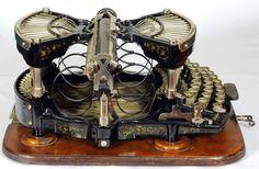 Williams typewriter - 1891 - Williams Typewriter Co. Vintage Iron, Vintage Tools, Vintage Cameras, Vintage Design, Vintage Items, Retro Typewriter, Antique Typewriter, Typewriter Keys, Vintage Office