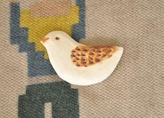 ブラウンの羽の、かわいい小さなことりの陶器ブローチです。羽の部分は鉄系の釉薬で彩色しています。麻や木綿など自然の風合いのお洋服によく合います。とても軽いので、...|ハンドメイド、手作り、手仕事品の通販・販売・購入ならCreema。