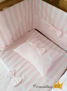 Ensemble de literie bébé « série PRINCESSE CHARLOTTE » Cet ensemble de literie bebe comprend : 3 pièces 1 housse de coussin ( 30 cm x 20 cm ) 1 couverture légère ( 1,50 m x 1,20 m ) 1 tour de lit bébé 1,60 m x 38 cm ) 100 % coton Rose poudré Fait main