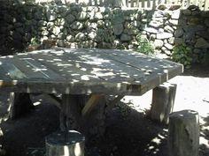 Mesa com troco de árvore e madeira de demolição