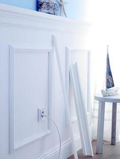 Mit Zierprofilen verkleidete Zimmerwand