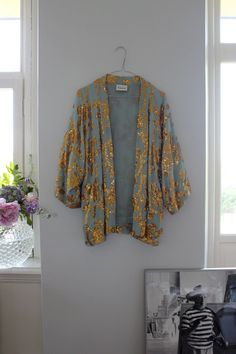 An Effortless Kimono - pair it with jeans or a cocktail dress. A Kimono elevates your look and provides an extra layer as the leaves begin to change Moda Kimono, Kimono Jacket, Sequin Kimono, Kimono Style, Kimono Top, Look Fashion, Womens Fashion, Japan Fashion, Inspired Outfits
