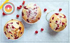 #Muffin ai frutti rossi: basta sbattere in una ciotola 3 uova con 150gr di zucchero, fino a quando il composto non diverrà chiaro e spumoso, aggiungere 170gr di farina setacciata, mezza bustina di lievito, 150gr di burro fuso e un pizzico di sale. Vi consigliamo di passare i vostri frutti rossi preferiti in un po' di farina e, mescolandoli delicatamente, unirli all'impasto prima di versarlo nei pirottini. Cuocere i muffin per circa 20 minuti in forno caldo a 180°C.