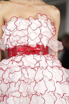 Oscar de la Renta NYFW Spring 2013 White with red ruffle dress Cute Fashion, Spring Fashion, Red Fashion, Fashion Women, High Fashion, Sweet Style, My Style, Fashion Details, Fashion Design