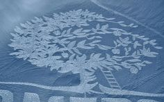 Artist Simon Beck creates gigantic and incredibly detailed works of art in the snow. To create these ephemeral art installations that resemble crop circles, Simon… I Love Snow, I Love Winter, Simon Beck, Snow Artist, Art Environnemental, Ephemeral Art, Painting Snow, Circle Art, Mandalas