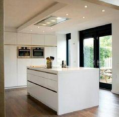 Keuken met kastenwand en kookeiland