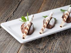 Cornelia Poletto zeigt Ihnen, wie Sie ohne großen Aufwand eine klassische Schokoladenmousse zubereiten.