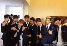 WEIBO | 16.01.15 | BTS BTS con Tony en la conferencia de THE RED BULLET en Beijing. Tony es un presentador chino.