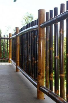 Natural Black Bamboo Fence Ideas For Backyard 03 Diy Fence, Backyard Fences, Fence Ideas, Pallet Fence, Farm Fence, Fence Art, Pool Fence, Bamboo House Design, Bamboo Building