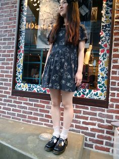 Doc Martens have been in style for almost 60 years, discover what made them so popular. We also discuss how to wear them in style! Doc Martens Outfit, Grunge Fashion Soft, Quirky Fashion, Mary Jane Outfit, Dr. Martens, Mary Jane Doc Martens, Summer Outfits, Cute Outfits, School Outfits