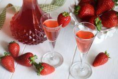 Il liquore alle fragole è un delizioso fine pasto dal colore rosso acceso. Si prepara facendo macerare la frutta nell'alcol e dopo 3 settimane, si unisce il tutto ad uno sciroppo di zucchero, il tempo