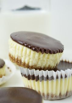 Mini Cheesecakes with Dark Chocolate Ganache! Pin it?   Mein Blog: Alles rund um Genuss & Geschmack  Kochen Backen Braten Vorspeisen Mains & Desserts!