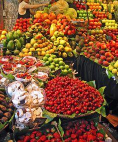 Imposible resistirse con esos colores.La Boqueria Market, Las Ramblas, Barcelona by Paco CT---one of my favorites