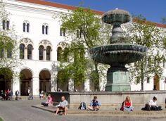 Stundenten vor der Ludwig Maximilian Universität München - LMU