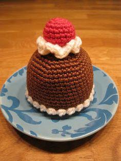 Free Crochet Pattern for Chocolate Pastry with Cherry / Gratis virkmönster till… Crochet Cupcake, Crochet Food, Crochet Gifts, Cute Crochet, Crochet For Kids, Crochet Baby Toys, Crochet Amigurumi, Amigurumi Patterns, Crochet Patterns