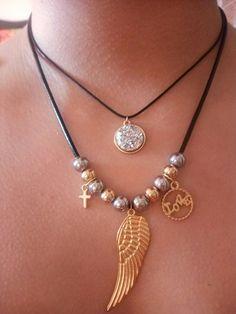 Collar doble de cuero con piedra natural brillante y balines de acero y dijes en zamak a 18.000