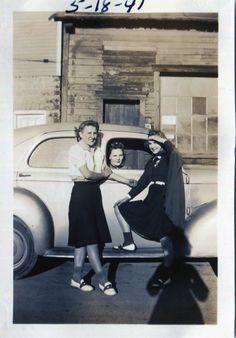 Items similar to Vintage Photo.The Girls, Original Found Photo, Vernacular Photography on Etsy 1940s Photos, Vintage Photographs, 1940s Fashion, Vintage Fashion, Engagement Photography Tips, Engagement Photos, 1920s, Vintage Magazine, Vintage Designs