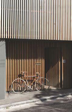 La façade de la maison, côté rue, a été habillée d'un bardage en bois. Il sert à filtrer la lumière et à réguler la chaleur à l'intérieur.