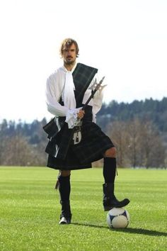 Afternoon eye candy: Hotties in kilts! photos) - An axe, a kilt and a football, what more can we ask for! Scottish Man, Scottish Kilts, Scottish Tartans, Scottish Culture, Scottish Fashion, Men In Kilts, Kilt Men, As Roma, Raining Men