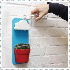 Un peu d'eau de pluie et votre plante sera au paradis ! En général les plantes qui poussent à l'intérieur sont faibles et ont des racines peu profondes... Lorsque trop d'eau est donné, les plantes sont trop stressées et les racines se décomposent et meurent. Rien de mieux qu'un arrosage en pluie avec ce petit pot mural et son nuage si poétique ! Ludique pour les enfants.Contenance du nuage : 80 mlCe kit contient : Un nuage et son support mural en plastique, un ...