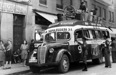 Salida autobuses La Sepulvedana. 1950 Retro Pictures, Old Pictures, Old Photos, Foto Madrid, Spain Images, Barcelona City, Old Photography, World Cities, Monster Trucks