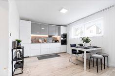 Rekonstrukce bytu v Želešicích. Inspirace na vybavení kuchyně. #homedesign #kitchen #modernkitchen #decoration #homedecoration Table, Furniture, Home Decor, Decoration Home, Room Decor, Tables, Home Furnishings, Home Interior Design, Desk