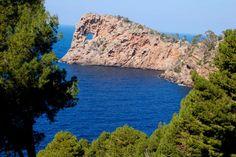 Uno curiosos mirador de la isla de Mallorca Na Foradada, en la Sierra de Tramuntana, con un paisaje espectacular.