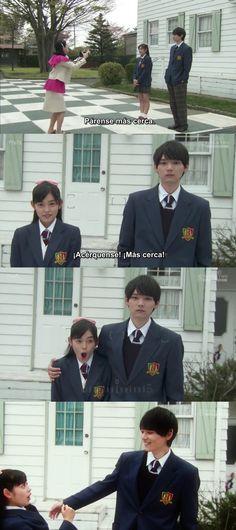 """Es el día de la graduación y la Sra. Irie esta tomándole fotos a Kotoko. Cuando aparece Naoki, les propone tomar una foto juntos, pero él solo camina hacia la puerta. Kotoko comienza a justificarlo, hasta que él les pregunta si la tomaran. Mientras posan, la Sra. Irie les pide que se paren más cerca, Kotoko se acerca un poco más. De improviso, Naoki la abraza, sorprendiéndolas: """"Tienes migas de pan encima""""- lo que hace que Kotoko se mueva y que él se ría - Itazura na Kiss Love in Tokyo, Ep 5"""
