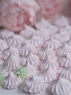 Marengit - Leivonta - Annin Uunissa Pavlova, Coconut Flakes, Macarons, Icing, Spices, Food And Drink, Sweet, Desserts, Yummy Yummy
