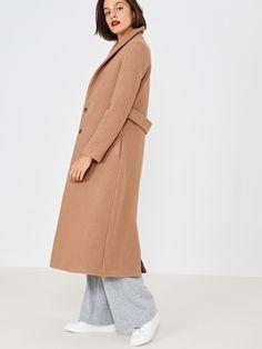 Kolekcja jesień-zima Płaszcz w karmelowym kolorze. Klasyczny krój, wąski kołnierz i zapięcie na napy to główne cechy modelu. Płaszcz doskonale współgra ze skórzanymi paskami, zapinanymi w talii.