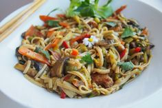 Asijská seitan čína s nudlemi Seitan, Tempeh, Tofu, Japchae, Ethnic Recipes, Fit, Shape