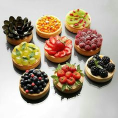 how to decorate this French dessert with fresh fruits. Perfect for spring and summer!for how to decorate this French dessert with fresh fruits. Perfect for spring and summer! Just Desserts, Delicious Desserts, Dessert Recipes, Yummy Food, Yummy Lunch, Pie Dessert, Do It Yourself Food, Cupcakes, Food Presentation