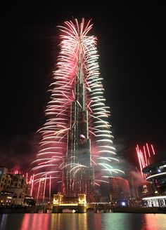 New Years Eve, Dubai. We call this a Christmas Tree. Wedding Fireworks, 4th Of July Fireworks, Fireworks Cake, New Year's Eve Around The World, Around The Worlds, Fireworks Photography, Living In Dubai, Dubai Holidays, Auld Lang Syne