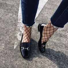 Jeans cropped e calze a rete: un'accoppiata vincente
