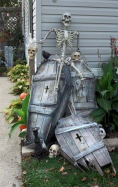 Creepy Halloween decorations that give you the jitter # creepy Best Picture For diy halloween clothes For Your Taste You are looking for something, and it is goin Spooky Halloween, Halloween Coffin, Creepy Halloween Decorations, Halloween Designs, Theme Halloween, Outdoor Halloween, Holidays Halloween, Halloween Tombstones, Diy Halloween Props