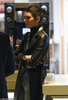 Kendall Jenner shares love letter she received from mystery writer Gorgeous: The dark-haired model seems to be enjoying her time in England over the holidays Khloe Kardashian, Robert Kardashian, Kardashian Kollection, Kendall Jenner Outfits, Kendall Jenner Mode, Look Fashion, Fashion Outfits, Fashion Tips, Magazine Mode