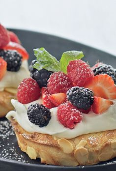Sweet Berry Breakfast Pizza Note to self: try this with ricotta cheese next time. Strawberry Rhubarb Muffins, Strawberry Breakfast, Breakfast Pizza, Breakfast Dishes, Breakfast Recipes, Köstliche Desserts, Healthy Dessert Recipes, Delicious Desserts, Pavlova
