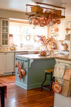 Traditional country kitchens are a design option that is often referred to as being timeless. Over the years, many people have found a traditional country kitchen design is just what they desire so they feel more at home in their kitchen. Classic Kitchen, New Kitchen, Vintage Kitchen, Kitchen Ideas, Kitchen Trends, Kitchen Layout, Kitchen Hacks, Kitchen Designs, Warm Kitchen