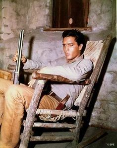 Elvis taking a break on the movie set ( Flaming star ) in august 1960.