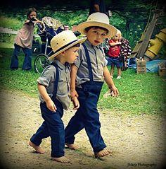 Meninos Amish.