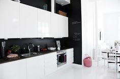 black wall in the kitchen // mackapär: Pinspiration