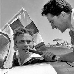James Dean étant interviewés à la piste de course dans sa Porsche 365 à Palm Springs, dont 26 Mars 1955.
