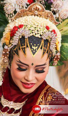 Indonesian Javanese Wedding. So beautiful :).  Ratih & Deni Wedding. photo by defoto.  #walimatulursy #pernikahan #resepsi #wedding #photography #weddingphotography #portodefoto