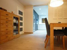 Muebles de madera y sillas color turquesa. Decoración Alado