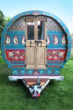 Exterior of Indigo - Gypsy caravan for hire Caravan Home, Gypsy Caravan Interiors, Caravan Living, Retro Caravan, Caravan Ideas, Hollywood Regency, Plywood Furniture, Chinoiserie, Gypsy Trailer